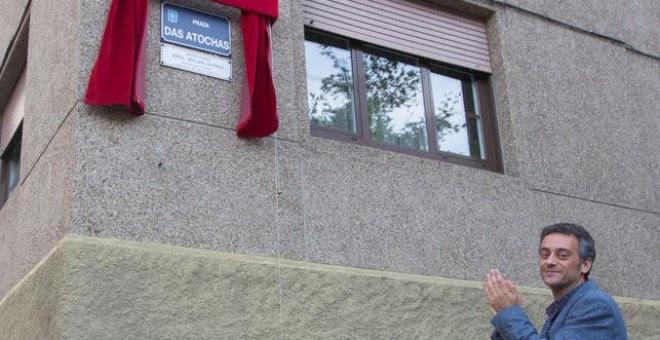 El alcalde de A Coruña, Xulio Ferreiro, en el descubrimiento de una nueva placa de calle no franquista. / Concello da Coruña.