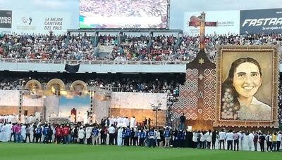 Resultado de imagen para estadio repleto para  beatificacion de chiquitunga