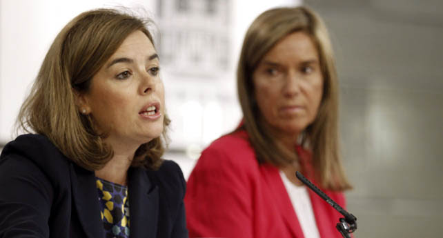 La vicepresidenta Soraya Sáenz de Santamaría, junto a la ministra Ana Mato, en la rueda de prensa semanal tras el Consejo de Ministros.
