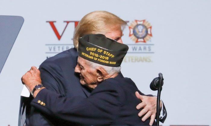 Tổng thống Donald Trump và cá»±u chiến binh WWII Allen Q. Jones 94 tuổi tại há»™i nghị Cá»±u chiến binh nÆ°á»›c ngoài thÆ°á» ng niên lần thứ 119 tại Kansas City, Mo., vào ngày 24 tháng 7 năm 2018. (Ảnh: Charlotte Cuthbertson / Ä áº¡i Ká»· Nguyên tiếng Anh)