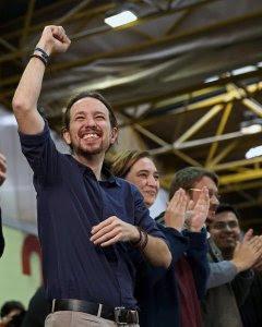 El candidato de Podemos a la Presidencia del Gobierno, Pablo Iglesias, junto a la alcaldesa de Barcelona, Ada Colau. EFE