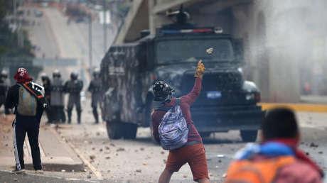 Partidarios de Salvador Nasralla, candidato opositor de Honduras, se enfrentan con la policía antidisturbios