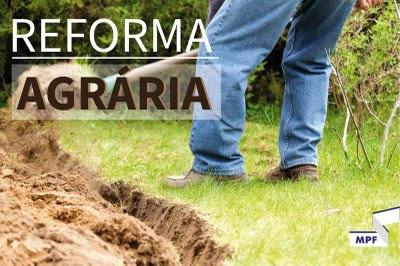 #PraTodosVerem: Homem de calça jeans e calçado segura uma enxada. Eles cava um arado. Texto escrito: Reforma agrária.