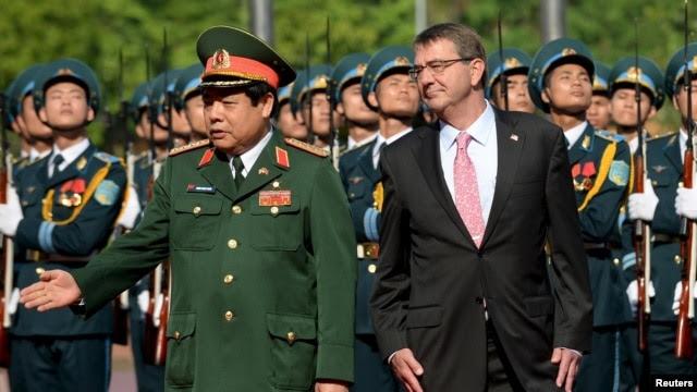 Bộ trưởng Quốc phòng Việt Nam Phùng Quang Thanh trong buổi lễ đón tiếp Bộ trưởng Quốc phòng Mỹ Ashton Carter tại Hà Nội, ngày 1/6/2015.