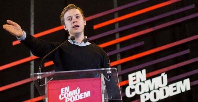 El escritor y activista británico Owen Jones, durante su intervención en el acto final de campaña de En Comú Podem celebrado hoy en Barcelona. EFE/ Quique García
