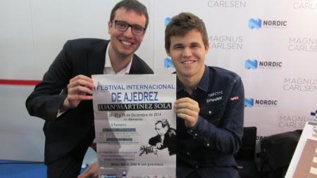 Magnus Carlsen posando con el cartel del I Festival Internacional de Ajedrez Juan Martínez Sola