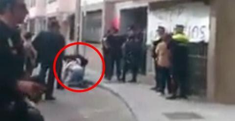 Captura del vídeo donde se ve al abogado de la PAH en el suelo.