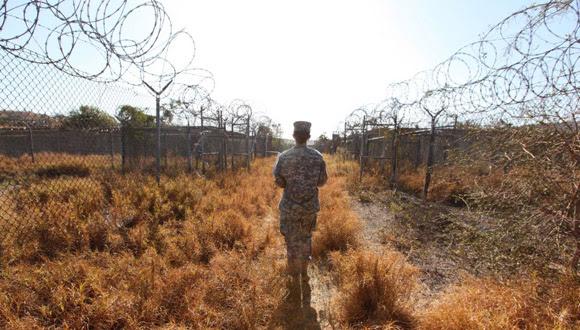 Una militar en el Campo X-Ray. Era en zonas como esa donde se obligaba a reclusos ataviados con trajes naranjas a arrodillarse al aire libre con las manos esposadas.