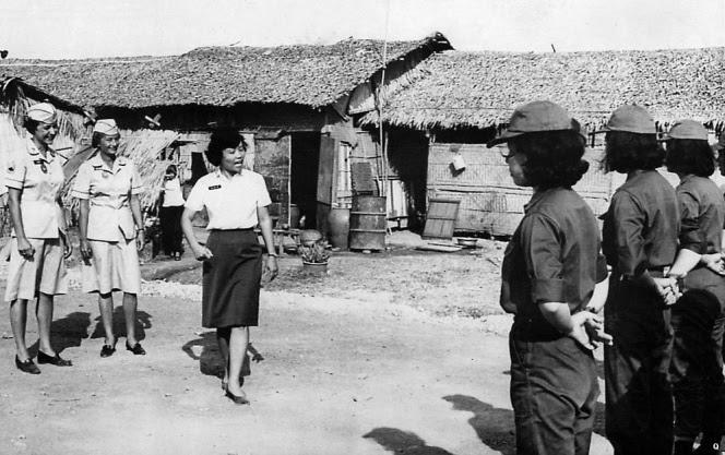 Dai uy Ho Thi Ve va 2 nu qnuan nhan co van Hoa Ky huong dan can ban quan su cho cac khoa sinh nu quan nhan, hinh chup vao nam 1965.jpg