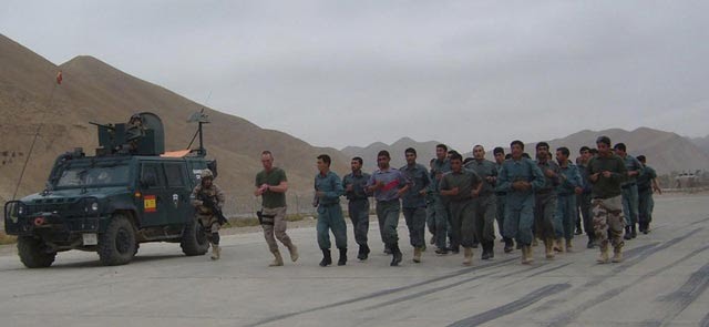 Guardias civiles entrenando a policías afganos sobre el terreno.