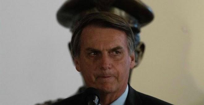 El presidente de Brasil, Jair Bolsonaro, participa hoy en la ceremonia de posesión del nuevo Ministro de Defensa, el general Fernando Azevedo e Silva, en Brasilia (Brasil). Bolsonaro honró hoy al nuevo ministro de Defensa, el general Fernando Azevedo e S