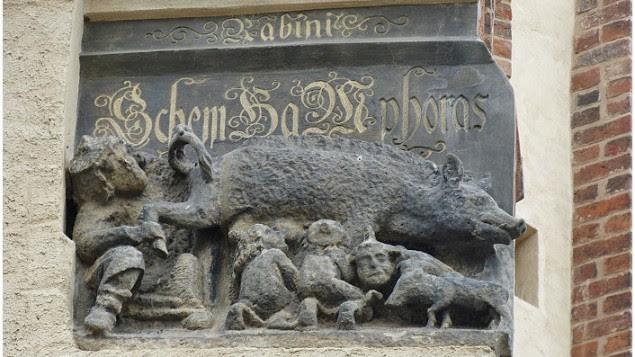 Cette gravure qui figure sur la façade de l'église de Martin Luther à Wittenbergen ( en Allemagne) représente des Juifs tétant le lait d'une truie (Crédit photo:Toni L. Kamins).