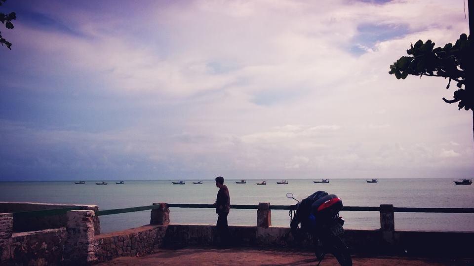 O cenário de Pontal do Coruripe é digno de cinema, com uma enseada repleta de barcos de pesca.
