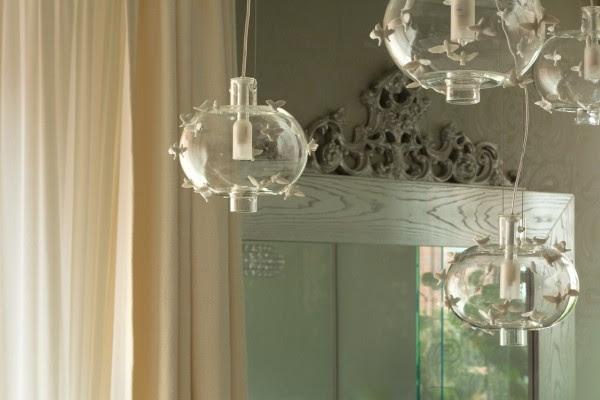 Το φυσητό γυαλί φως φωτιστικό διακοσμημένο με πεταλούδες πορσελάνης είναι σίγουρα ένα υπέροχο σημείο εστίασης.