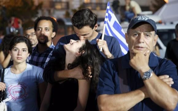 El presidente venezolano, Nicolás Maduro, gritó vivas a Grecia y a su primer ministro, Alexis Tsipras, e hizo propio y de América Latina el respaldo inicial de los griegos al rechazo electoral de la propuesta de los acreedores del país europeo. En la imagen, miles de griegos se concentran en la plaza Syntagma de Atenas para celebrar el triunfo del 'no'. Foto: YANNIS KOLESIDIS (EFE)