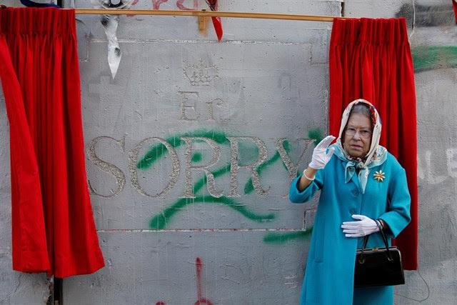 El grafitero británico Bansky dibuja su 'disculpa' en Cisjordania por la Declaración Balfour