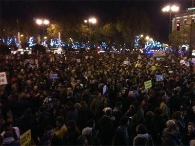 Miles de personas concentrados en los alrededores del Congreso esta tarde. A. LÓPEZ DE MIGUEL