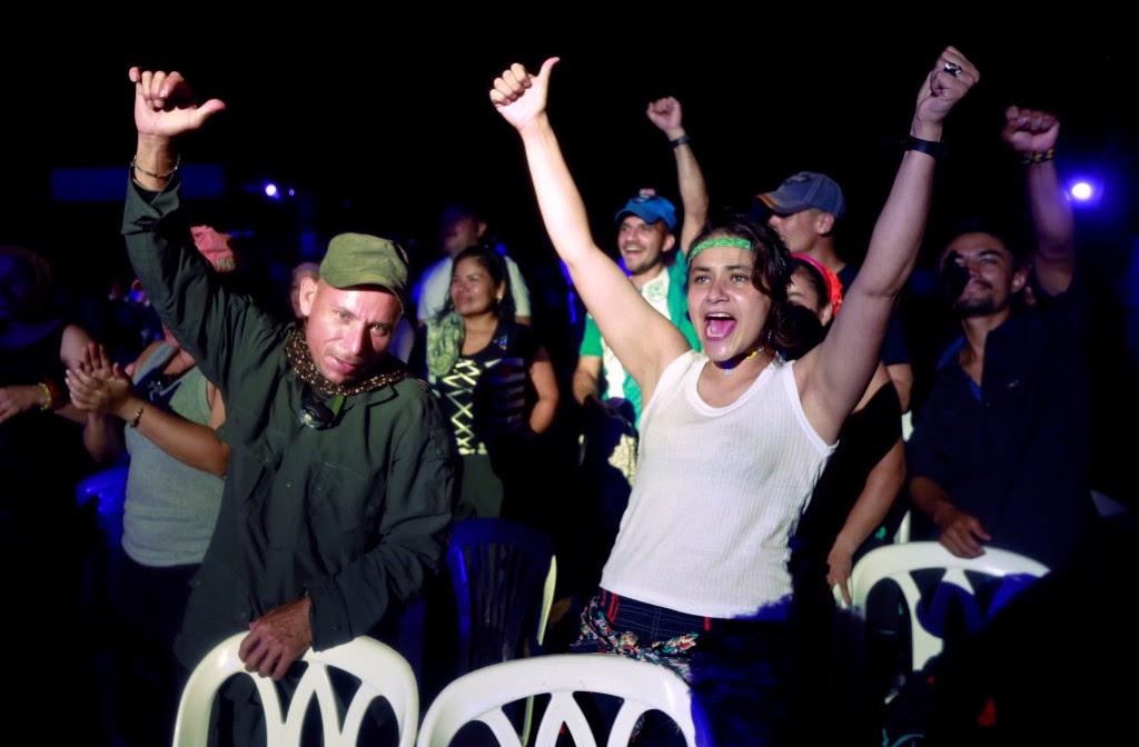 Guerrilleros de las FARC celebran con la música de Alerta Kamarada (Reuters)
