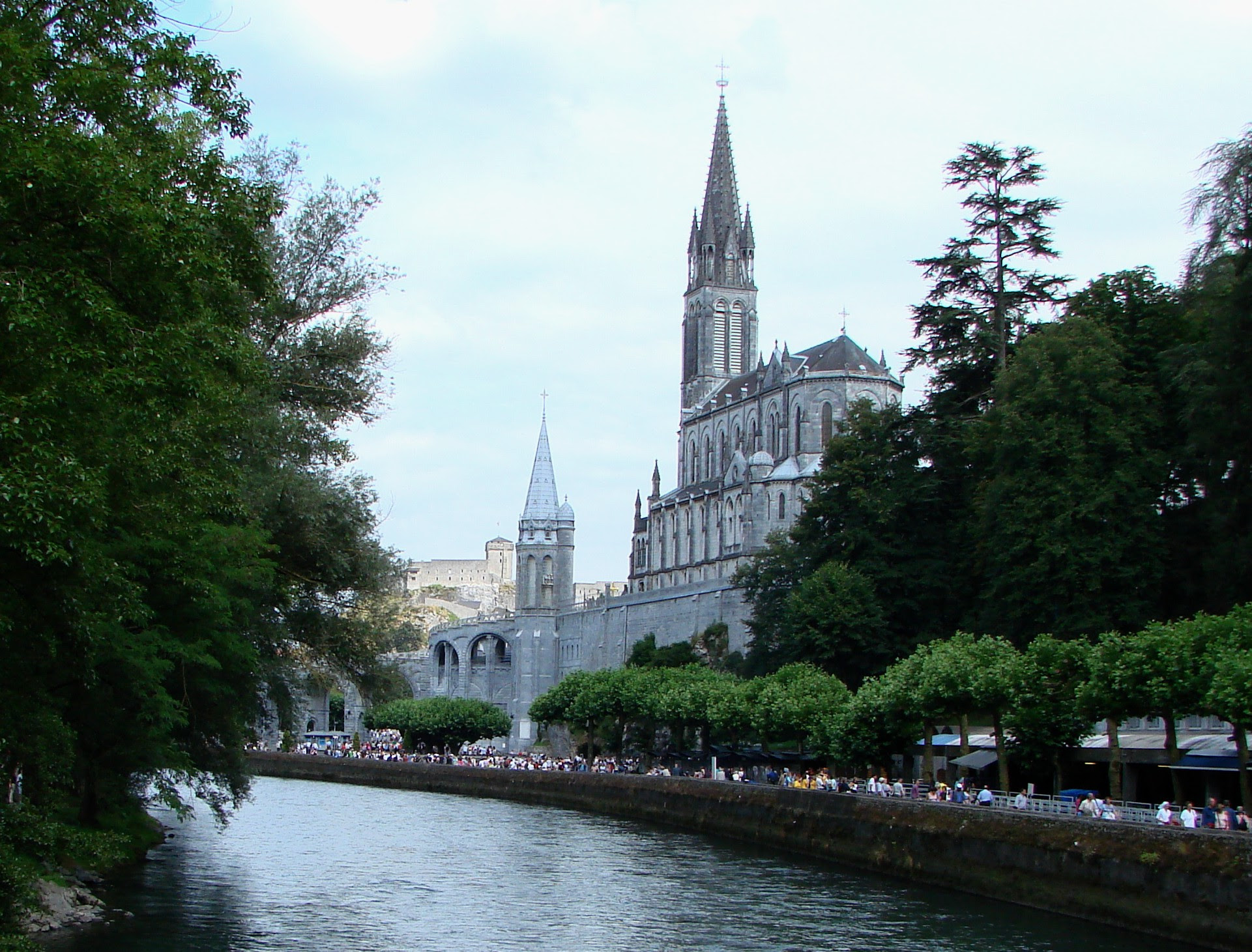 http://upload.wikimedia.org/wikipedia/commons/1/10/Lourdes_with_Sanctuaries,_Castle_and_Gave_de_Pau.JPG