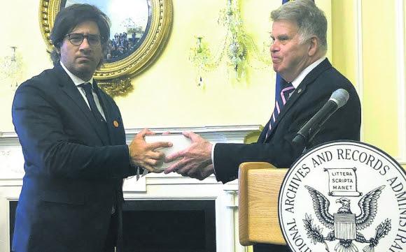 El ministro de Justicia de Argentina, Germán Garavano, recibió ayer los documentos en EE.UU.. Foto: Ministerio de Justicia Argentina