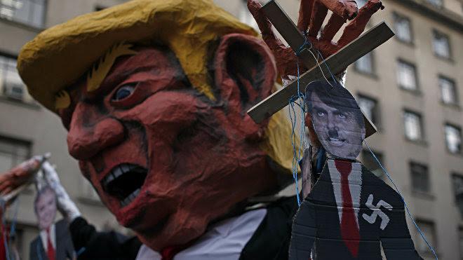 Muñecos de líderes americanos durante la protesta en contra del Foro Prosur en Santiago (Chile), el 22 de marzo de 2019