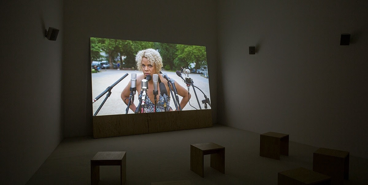 Pauline Boudry & Renate Lorenz. Silent, 2016. Podría ser (una flecha). Museo Jumex
