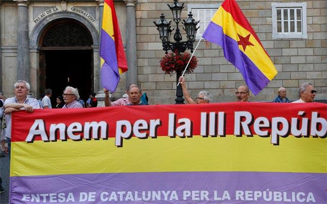 Manifestantes por la República, frente al Palau de la Generalitat en Barcelona, este jueves. REUTERS/Gustau Nacarino