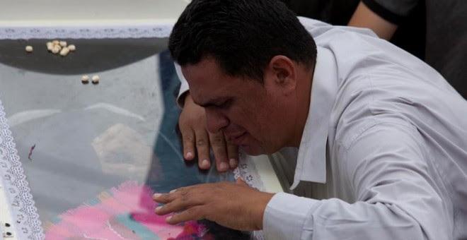 Gustavo Cáceres llora sobre el féretro de su hermana la la defensora de derechos humanos y del ambiente Berta Cáceres durante su sepelio en la ciudad de La Esperanza (Honduras), donde ella nació e inició su lucha por la defensa de los recursos naturales.
