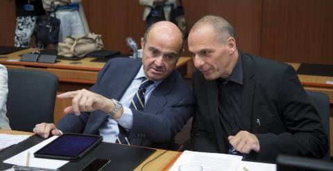 El ministro de Economía, Luis de Guindos, conversa con el titular de Finanzas griego, Yanis Varoufakis, al inicio de la reunión del Eurogrupo. REUTERS/Yves Herman