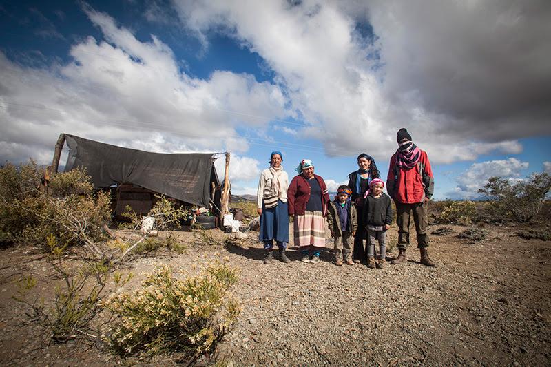 Mapuches de Vuelta del Río frente a la cabaña de vigilancia