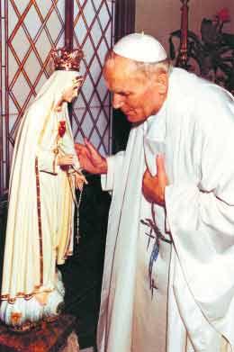 Św. Jan Paweł II przed figurą Matki Bożej Fatimskiej