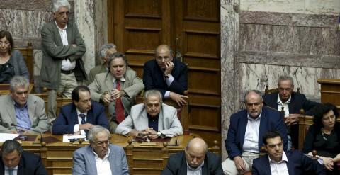 El primer ministro griego, Alexis Tsipras, y varios de los miembros de su Gobierno, durante la sesion extraordinaria del Parlamento heleno en la que se debate la convocatoria de un referéndum sobre el rescate. REUTERS/Alkis Konstantinidis
