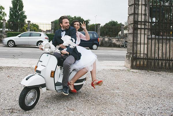 Matrimonio In Vespa : Matrimonio rock anni in converse e peperoncini rossi