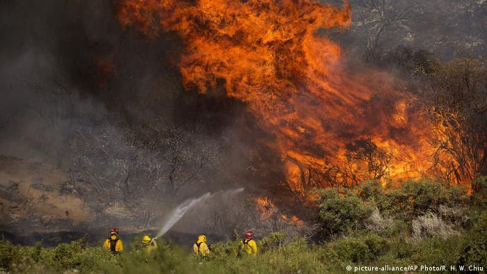 Bombeiros tentam combater chamas gigantes na Califórnia