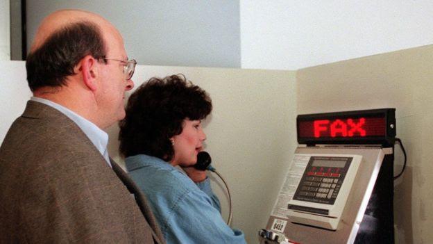 Fila para usar aparelho de fax em aeroporto americano, no ano 2000