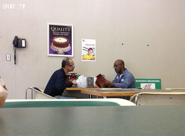 Hàng ngày vào bữa trưa, người biết chữ đều đọc sách cho người không biết chữ nghe.,Hoa Kỳ,nước mỹ,lòng nhân ái