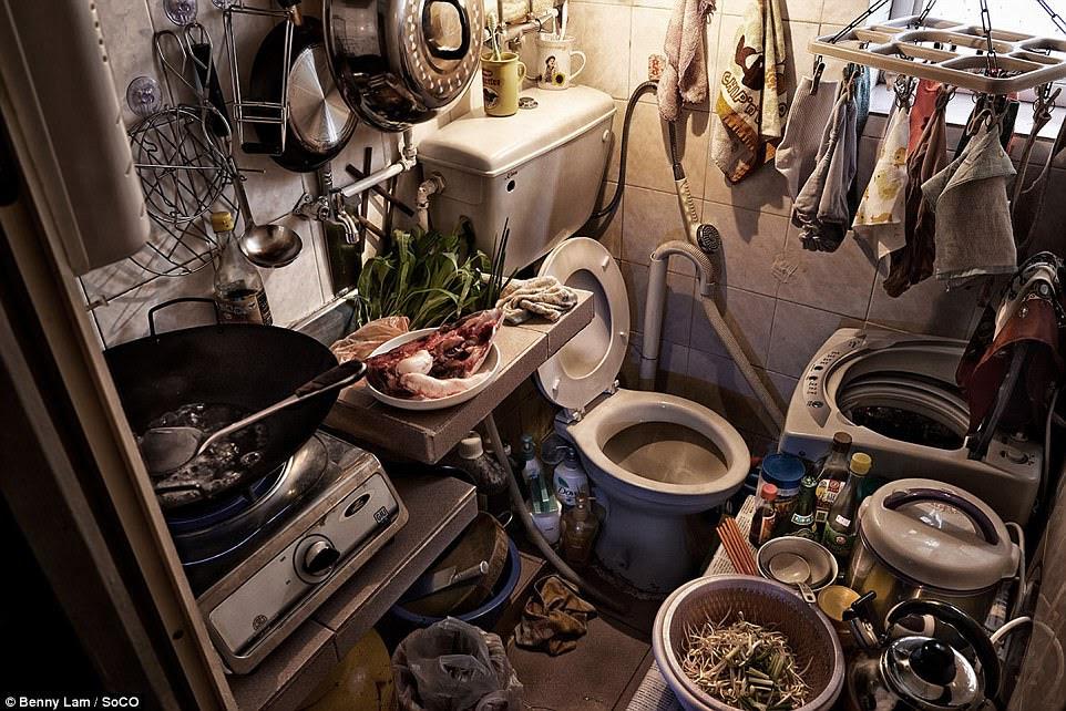 Thống kê cho thấy khoảng 200.000 người sống trong điều kiện như vậy. Hình trên, một không gian nấu ăn và nhà vệ sinh