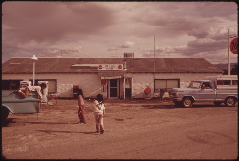 File:PAIUTE INDIAN CHILDREN OUTSIDE GROCERY STORE IN NIXON PYRAMID LAKE INDIAN RESERVATION - NARA - 553097.tif