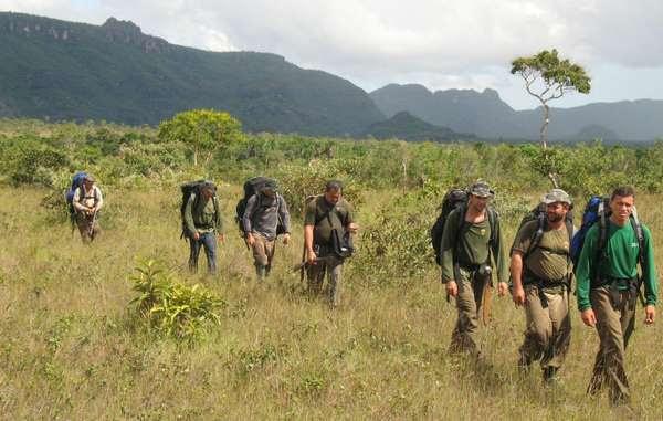 Agenti del FUNAI in pattugliamento, Brasile.