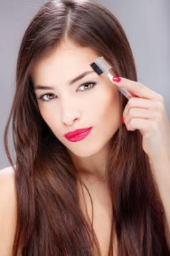 một bàn chải lược là một công cụ rất hữu ích để có trong bộ trang điểm của bạn mà giữ lông mày trong hình dạng.