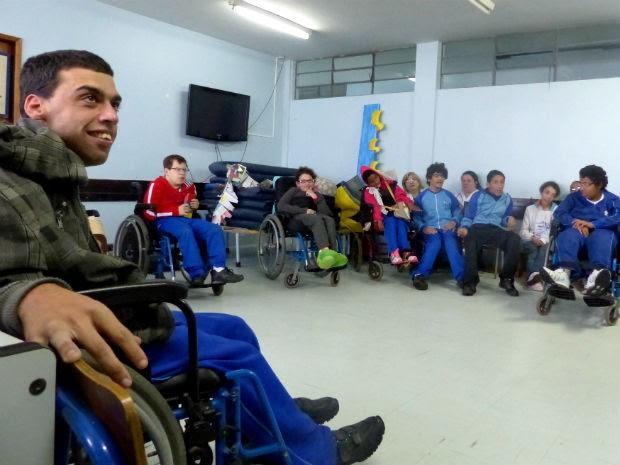 Alunos com paralisia cerebral constumam guardar para si as mensagens das histórias (Foto: Bibiana Dionísio/ G1)