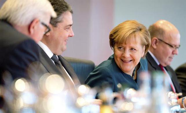 La canciller alemana, Angela Merkel, conversa con el ministro germano de Exteriores, Frank-Walter Steinmeier (izda), y con el Ministro alemán de Interior y Energía, Sigmar Gabriel (2ºizda), durante el Consejo de Ministros celebrado en la Cancillería en Berlín.