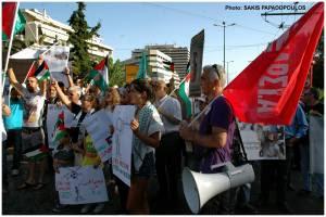 """Διαδήλωση μπροστά από την Ισραηλινή πρεσβεία, ένα από τα συνθήματα κάνει λόγο για ολοκαύτωμα των Παλαιστινίων επιχειρώντας έτσι να πείσει περί """"θύματος που έγινε θύτης"""" και να σχετικοποιήσει το ολοκαύτωμα"""