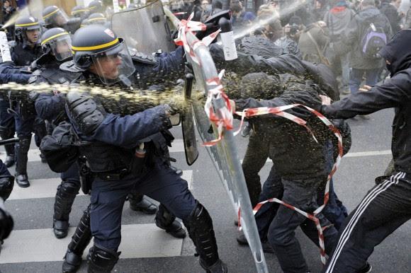 Сuando un grupo de manifestantes atravesó un cordón policial los antidisturbios respondieron con gases lacrimógenos para obligarlos a retroceder.