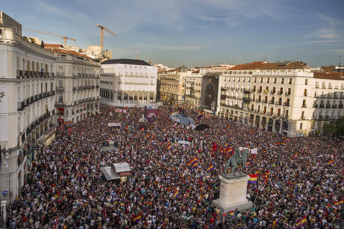 Noticias uruguayas espa a el rey abdica fuera los for Puerta del sol ahora