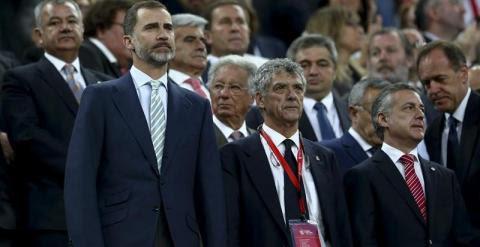 El rey Felipe, en el Camp Nou durante la pitada. EFE/Toni Albir