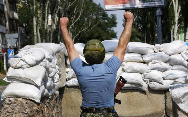 Un miliciano prorruso en una barricada hecha en Donetsk