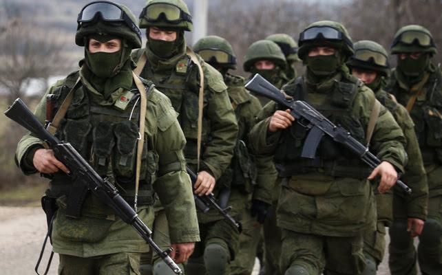 Tropas rusas entrando en la base ucraniana en la localidad de Perevalnoye (Crimea), cerca de Simferopol