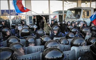 Policías ucranianos custodian un edificio oficial en Donetsk.
