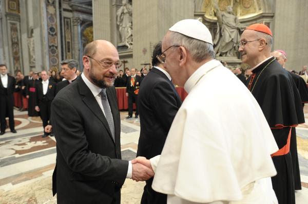 Imagen del Presidente del Parlamento Europeo, Martin Schulz, y el Papa Francisco, durante la misa inaugural en la basílica de San Pedro. © L'Osservatore Romano - Vaticano